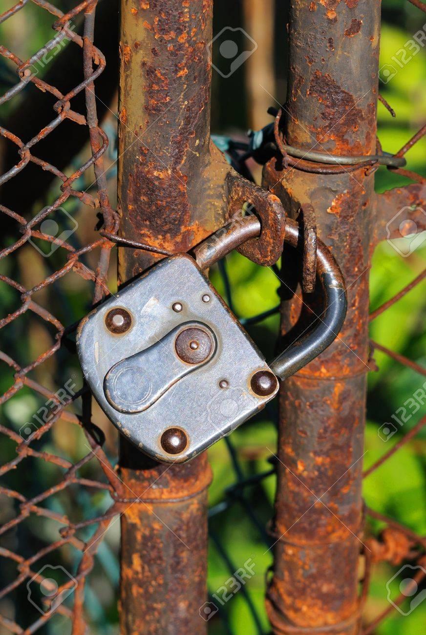 Rouillé Porte Du Jardin Vieille Porte De Jardin Rouillée Avec Un ...