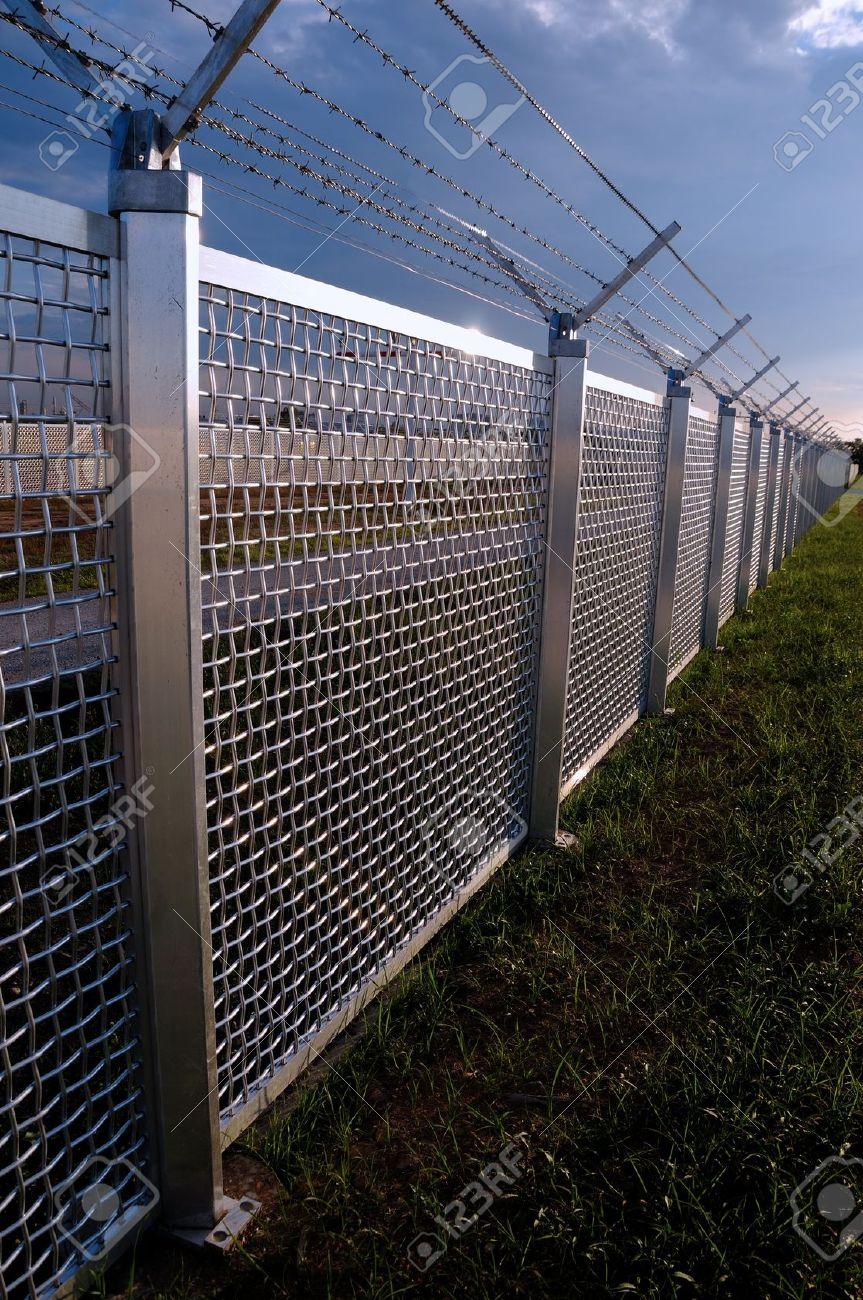 Staket stängsel staket : Metal Staket En Del Av Ett Metallgaller Stängsel Med TaggtrÃ¥d PÃ¥ ...