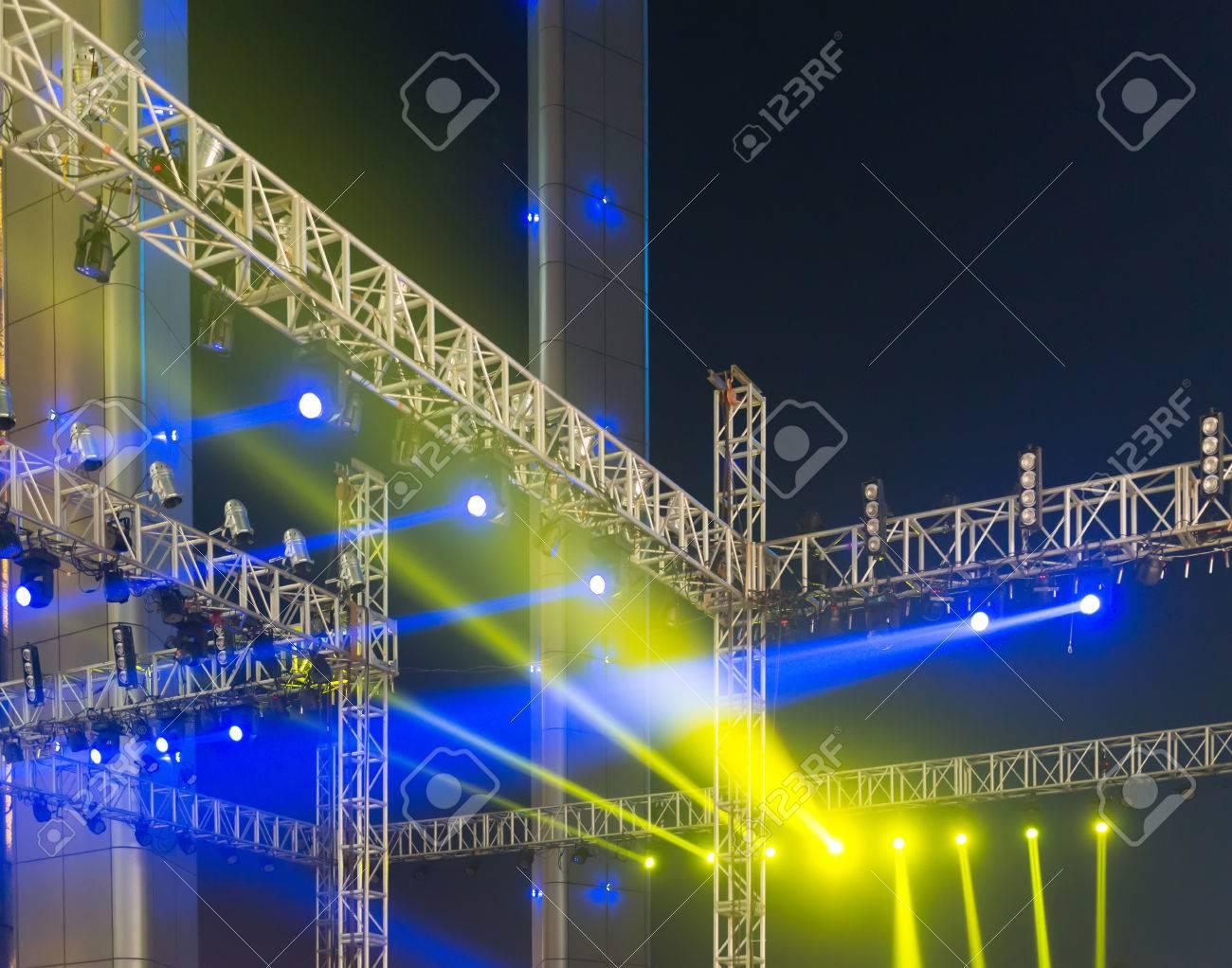 Più riflettori su un impianto di illuminazione per palcoscenici