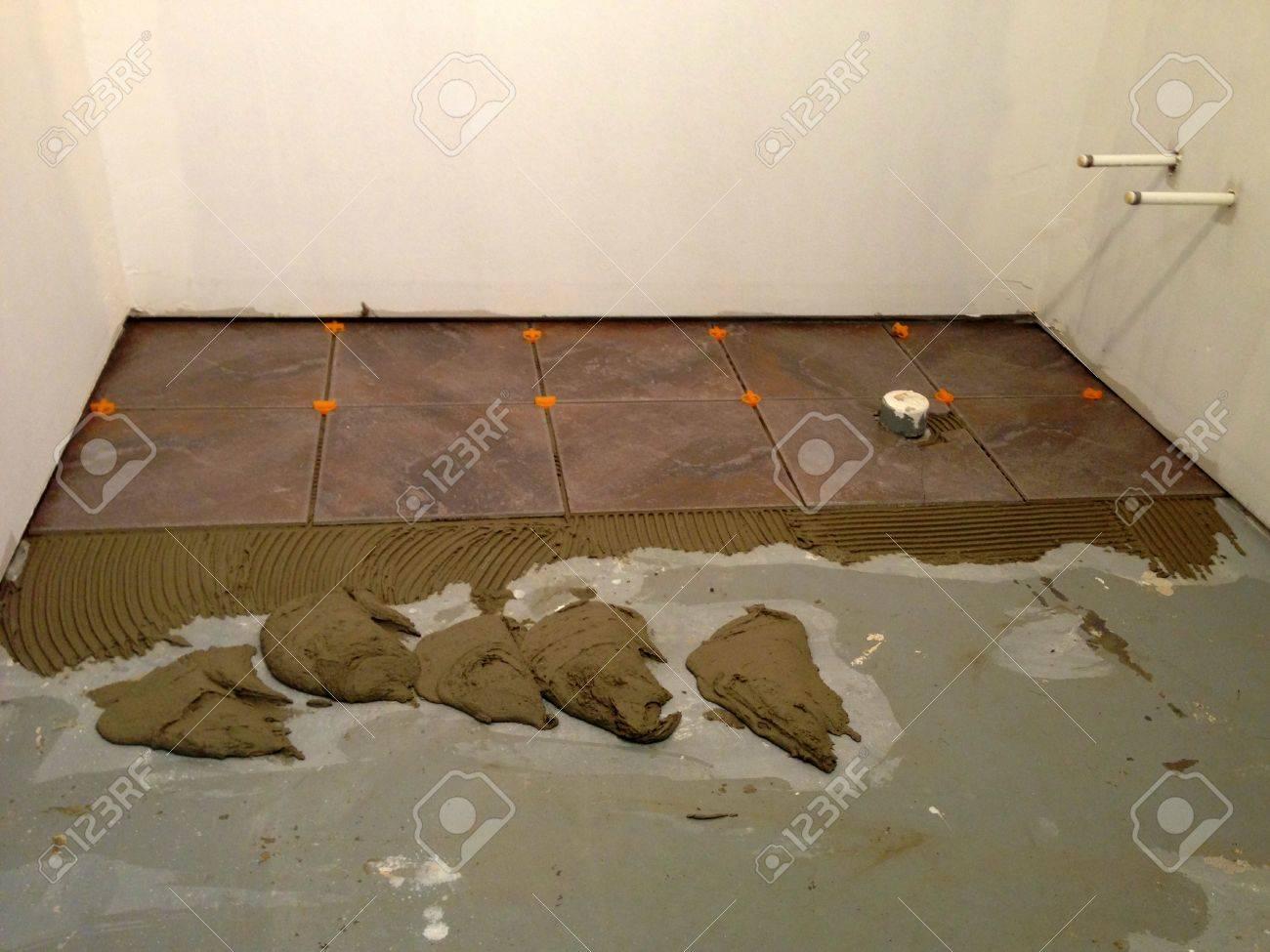 installation von neuen fliesen auf einem fußboden lizenzfreie fotos