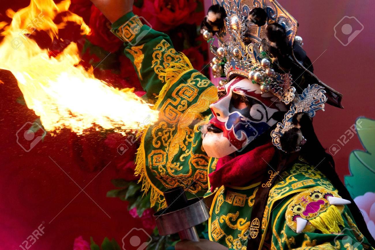 Chinesisches Neujahr, Chinesische Oper Schauspieler Spucken Feuer In ...
