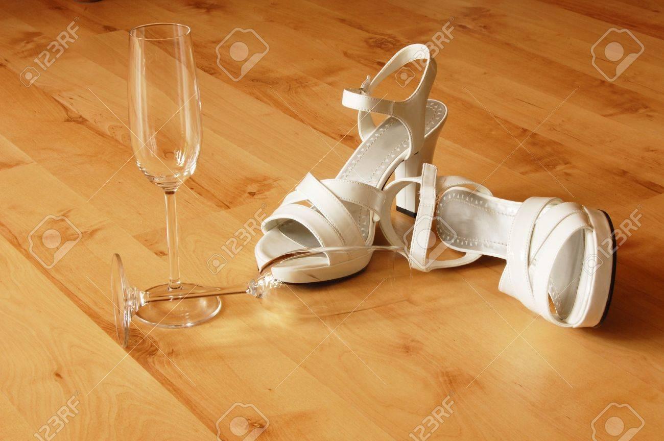 Foto de archivo - Sexys zapatos de tacón altos y champange o vidrio espumoso 0ce1720985e8