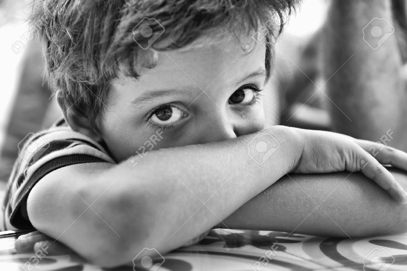 Child, with the crossed arms, looking at the camera - 38161619