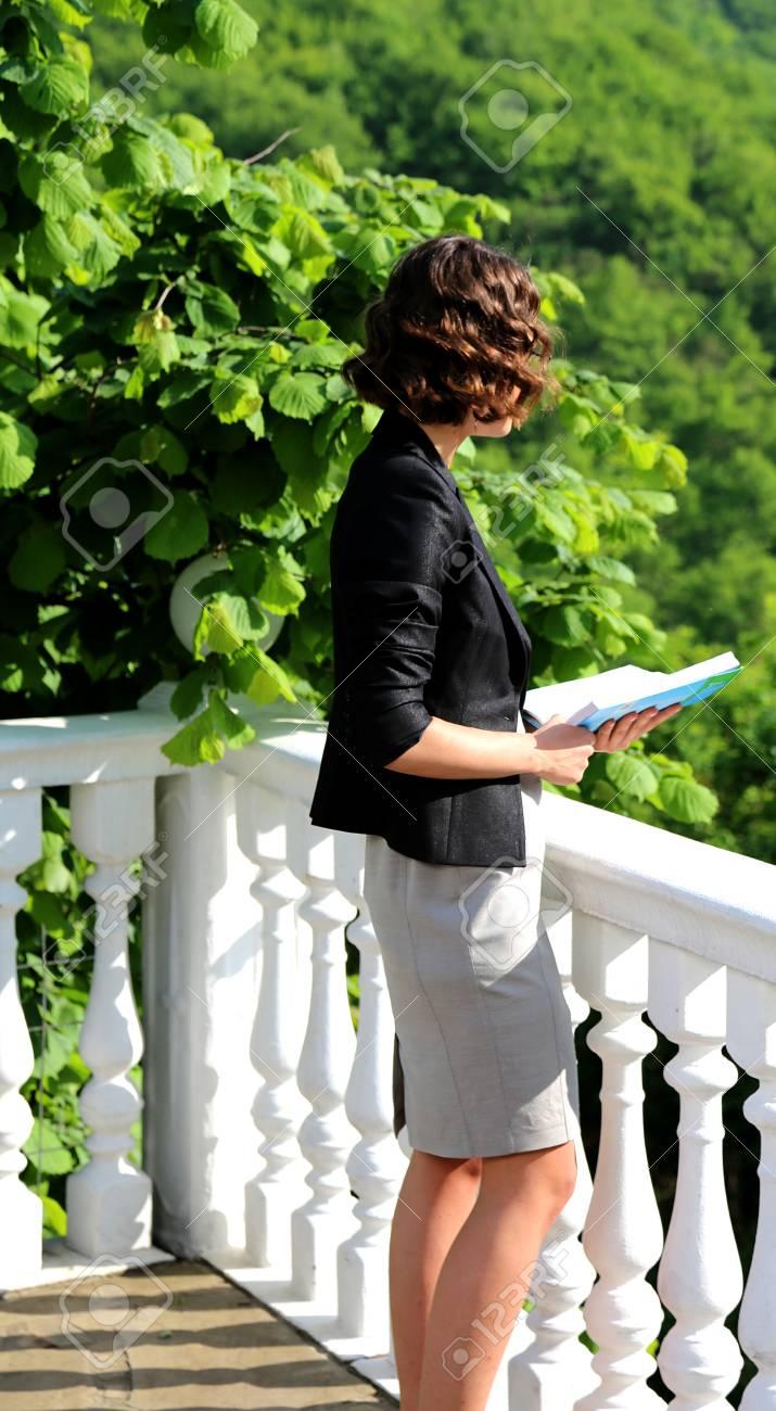 Femme Lisant Un Poème Sur Le Balcon Du Palais