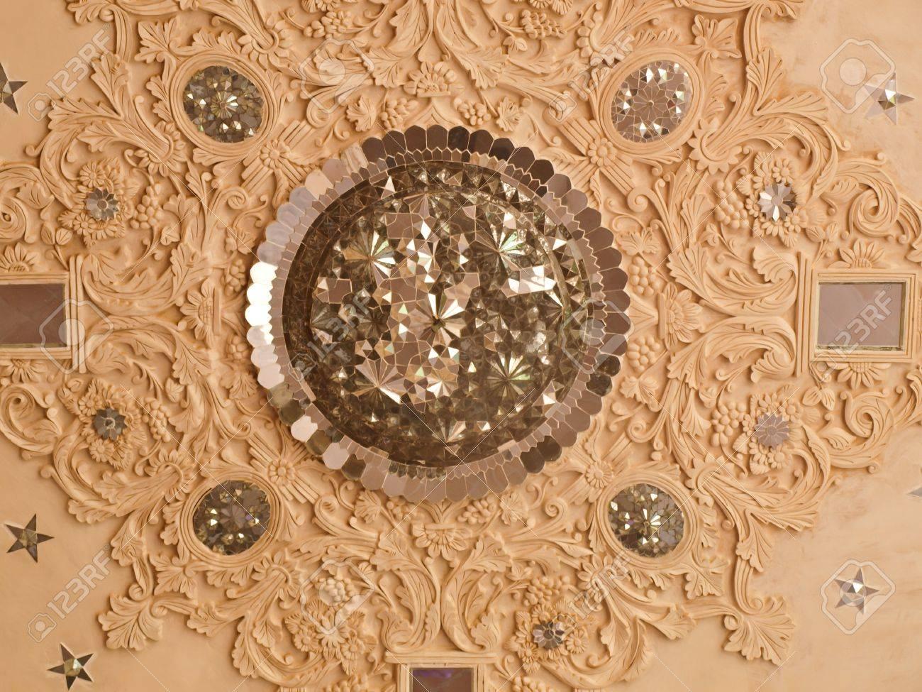 nahaufnahme des weißen stuck und spiegel dekoration im inneren decke