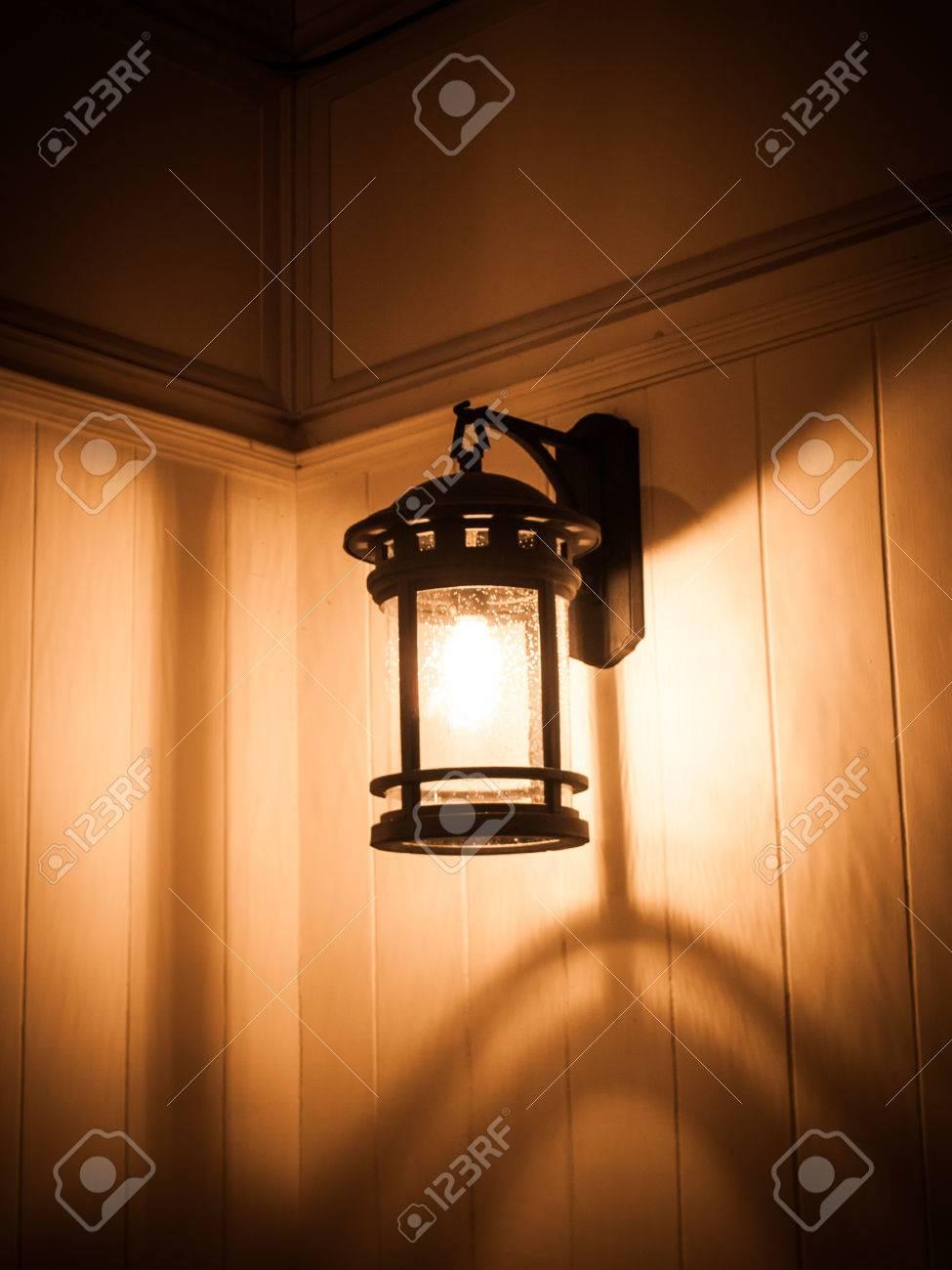 Eisen Lampe retro schwarzen eisen-lampe einschalten gehängt holzwand lizenzfreie