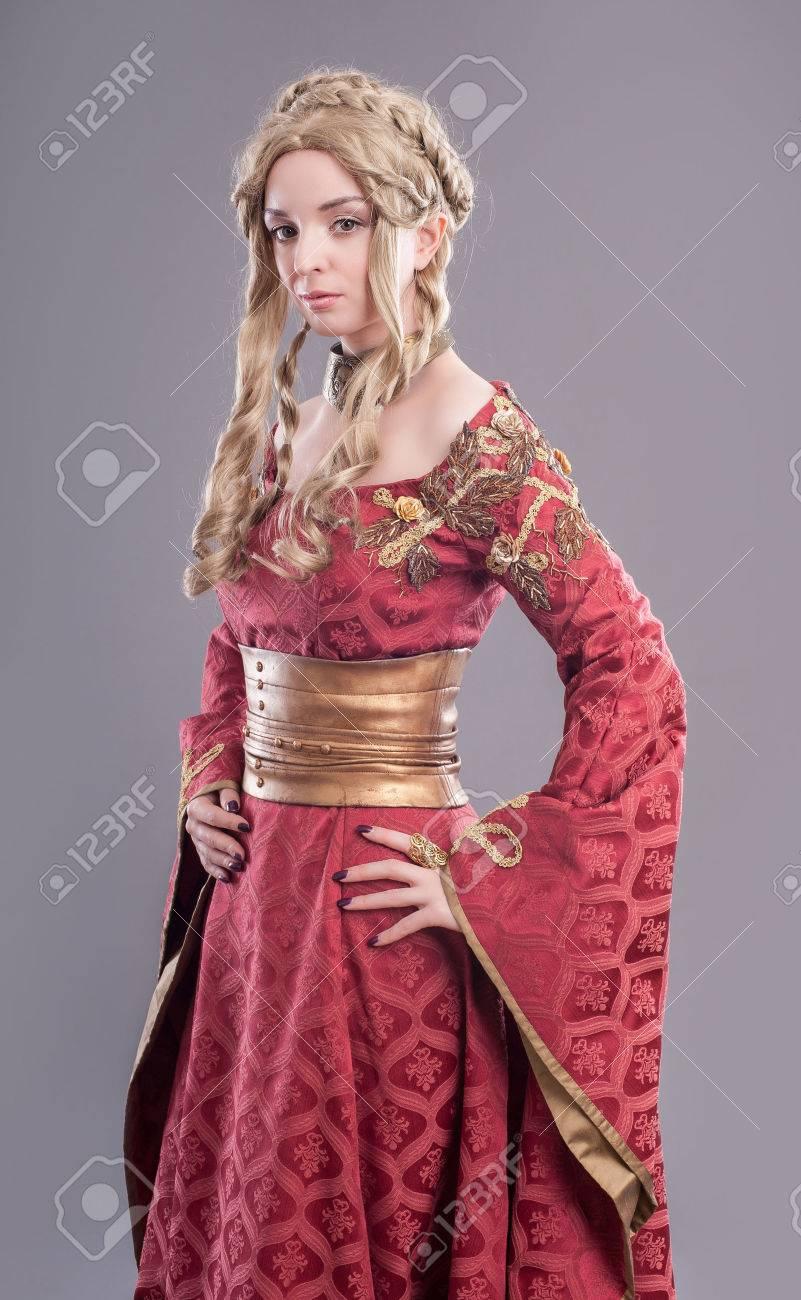 renaissance mode beauty. klassische schönheit in einem noblen renaissance  kleid und einem passenden frisur.