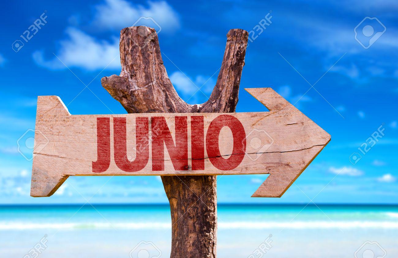 ビーチの背景にある矢印と junio スペイン語で 6 月 記号