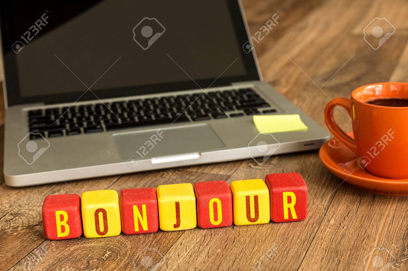 Bonjour Bom Dia Em Francês Escrito Em Um Cubo De Madeira Com Fundo De Laptop