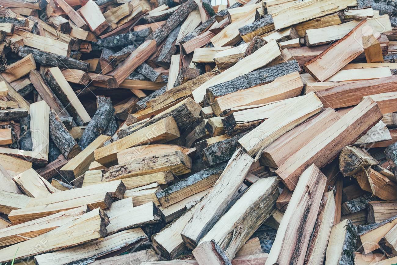 un tas de bois de chauffage de hêtre, de charme et de frêne haché