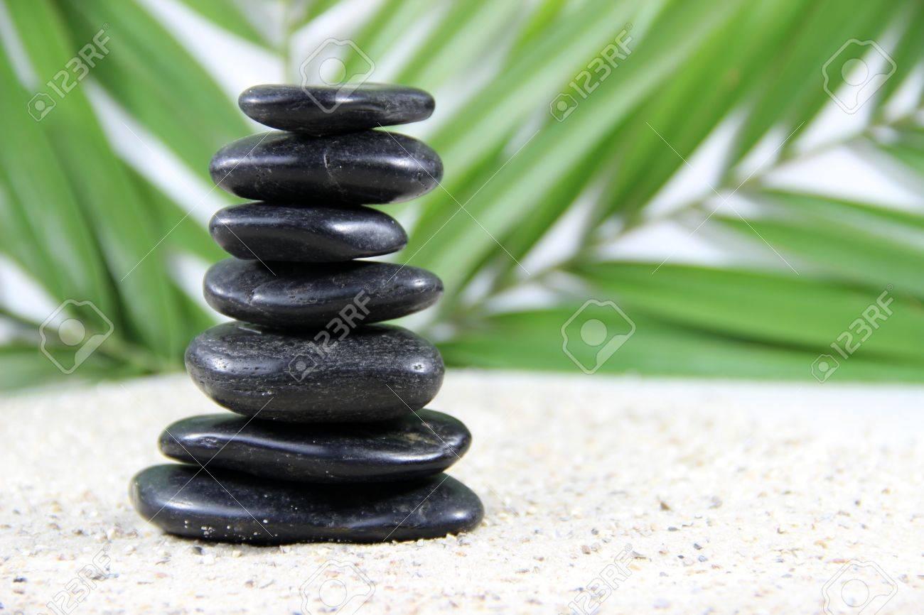 Schwarze Steine ??- Meditation Steine ??in Den Sand Lizenzfreie ...