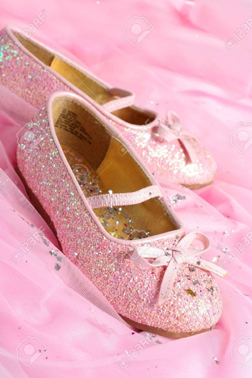 Niña de color rosa brillante de la creencia de que la princesa zapatos