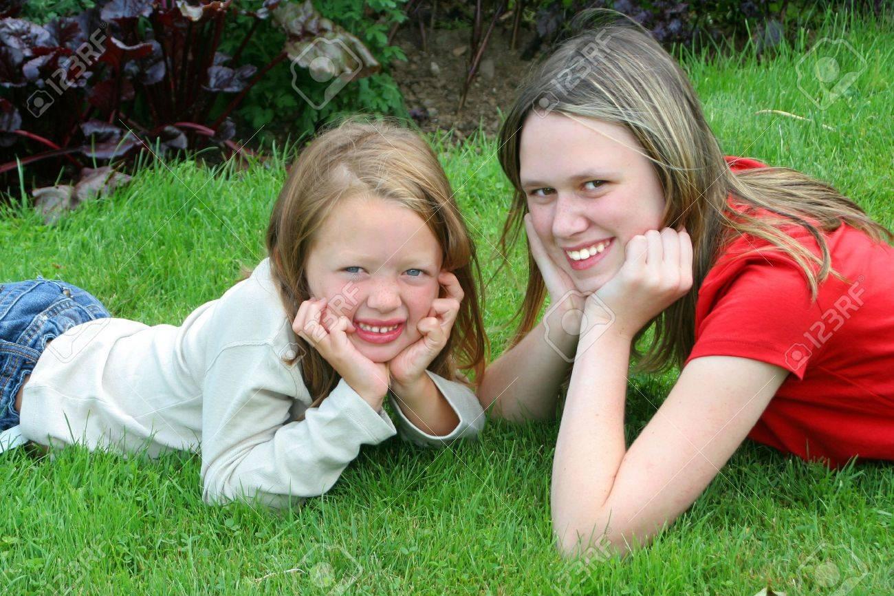 Dos Jóvenes Muchachas Bonitas Que Podrían Ser Hermanas Primos O