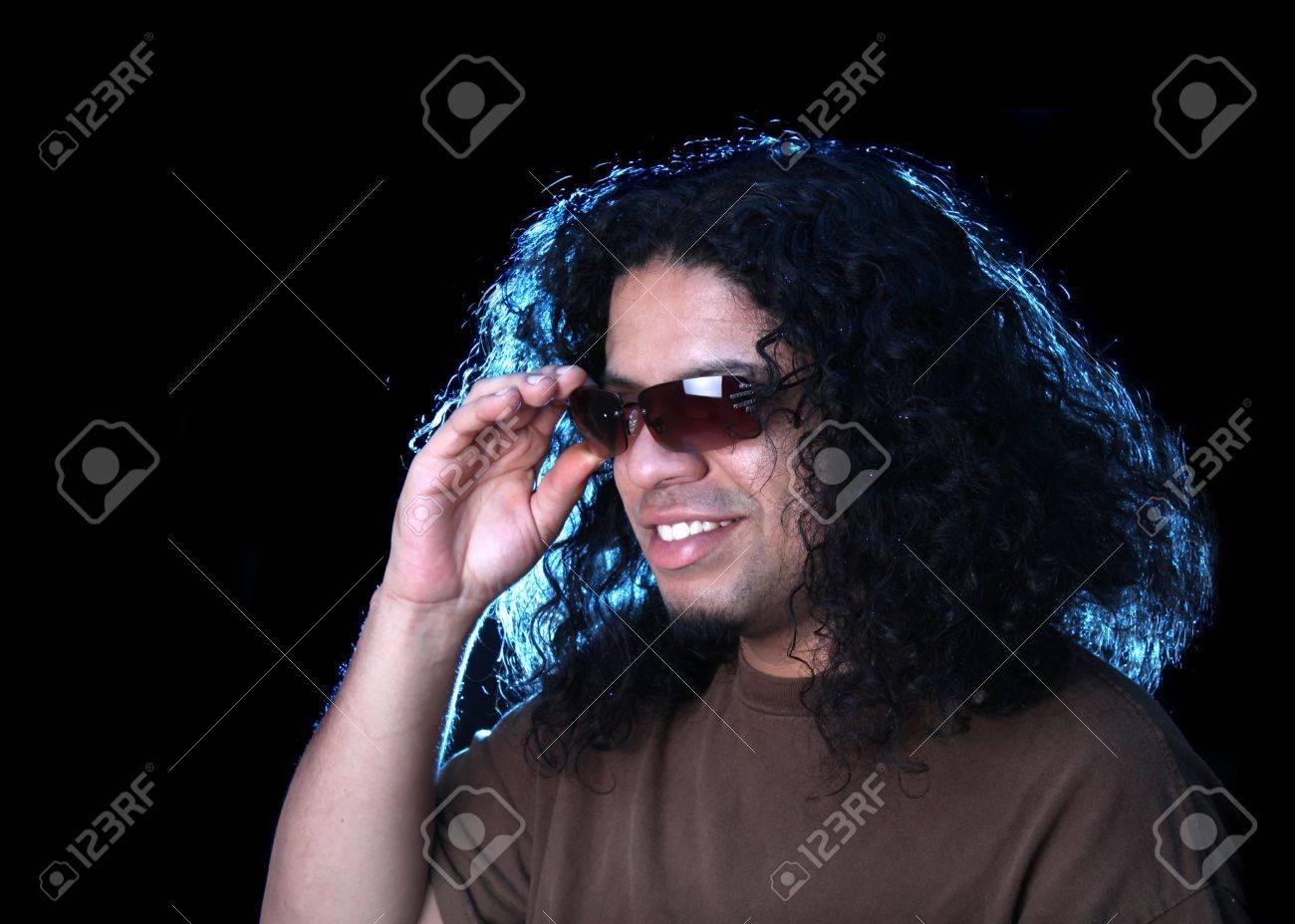 b61fd0834d Foto de archivo - Hombre étnica de los indígenas y la ascendencia  afroamericana verse bien con gafas de sol como las luces de iluminación  creativa su ...