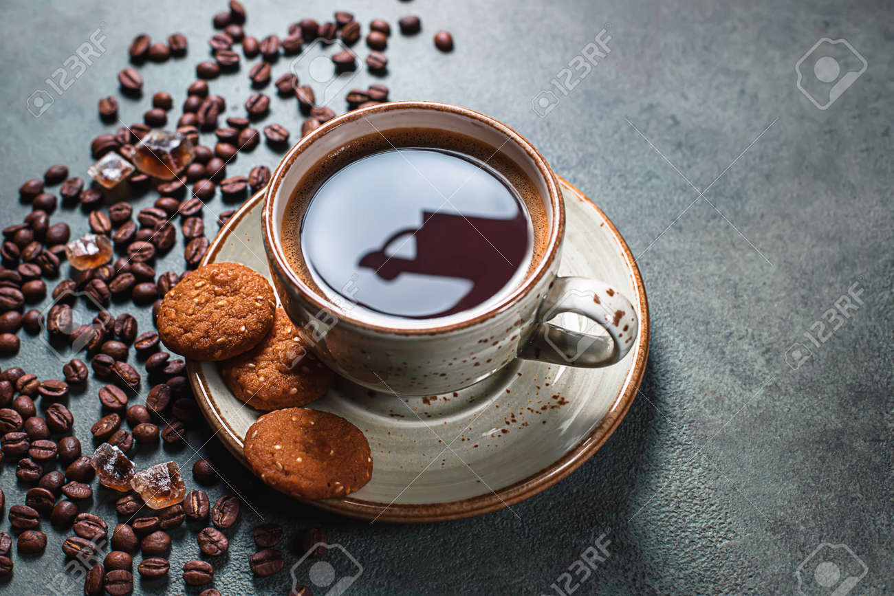 Reflections of a delivery car on a cup of coffee. Online shopping. Concept of delivery services, logistics, cargo delivery. Food delivery background concept. - 171765703