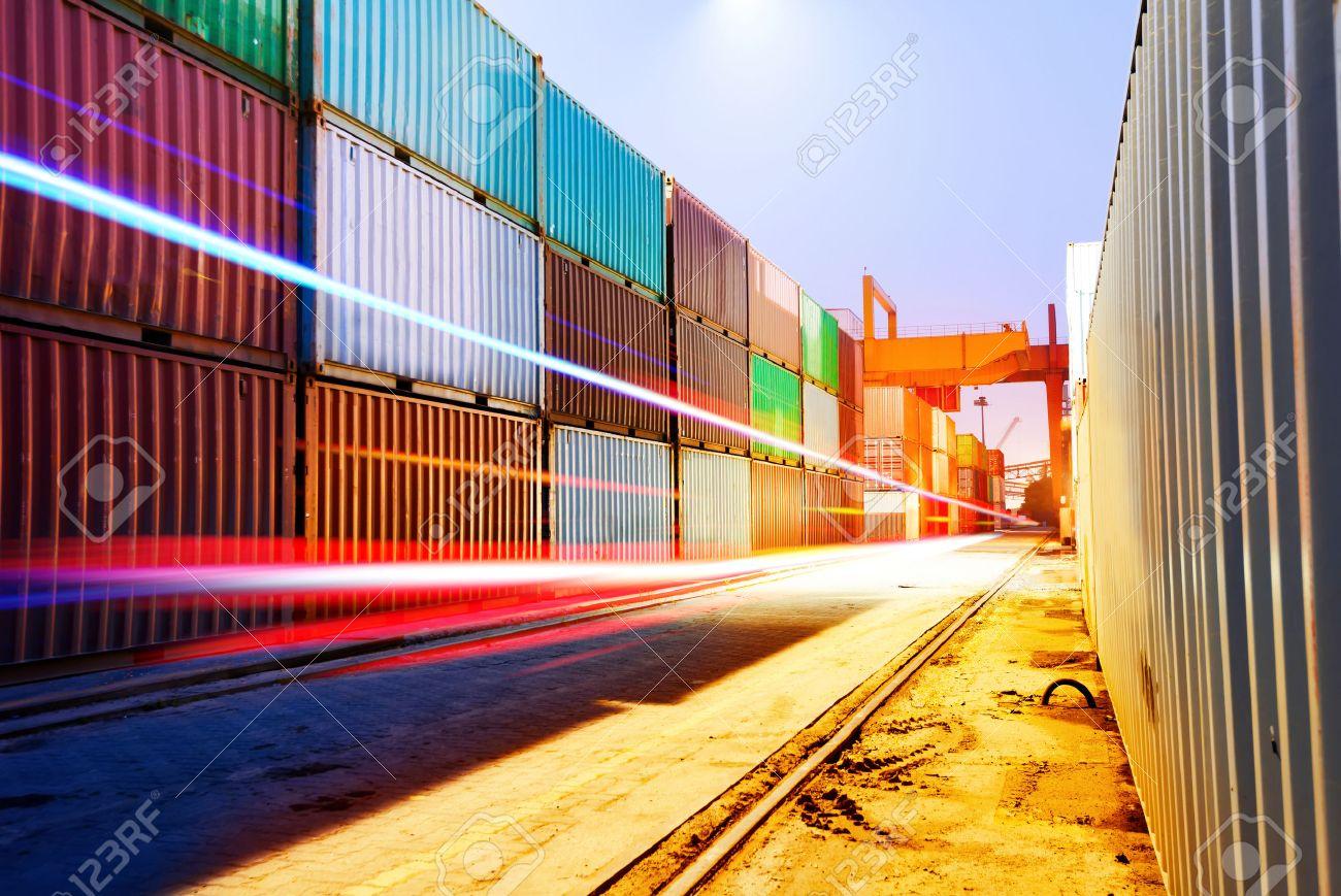 Container terminal at night, working in the bridge crane. Standard-Bild - 30985979