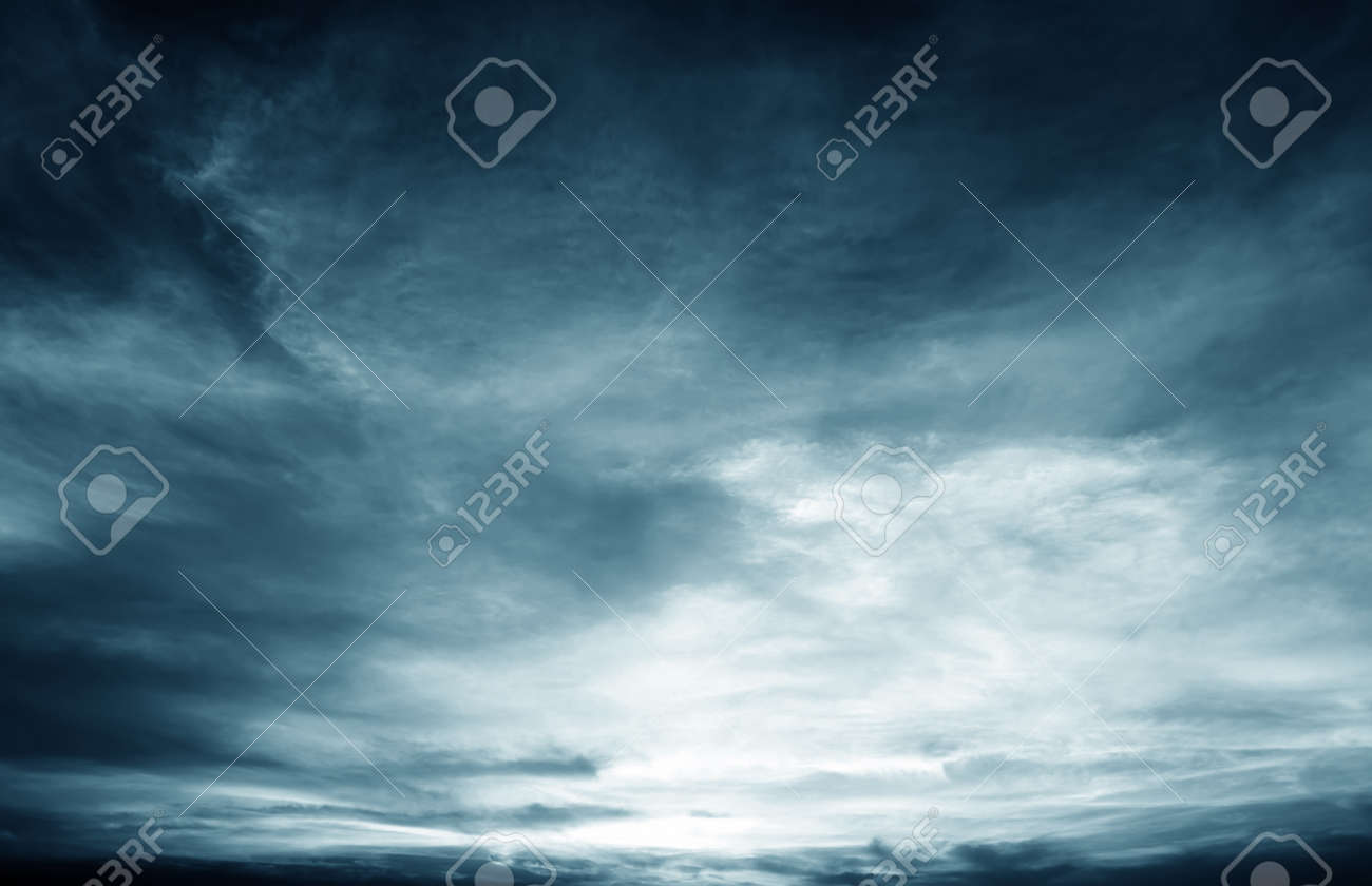 Background of dark clouds before a thunder-storm Standard-Bild - 31310545