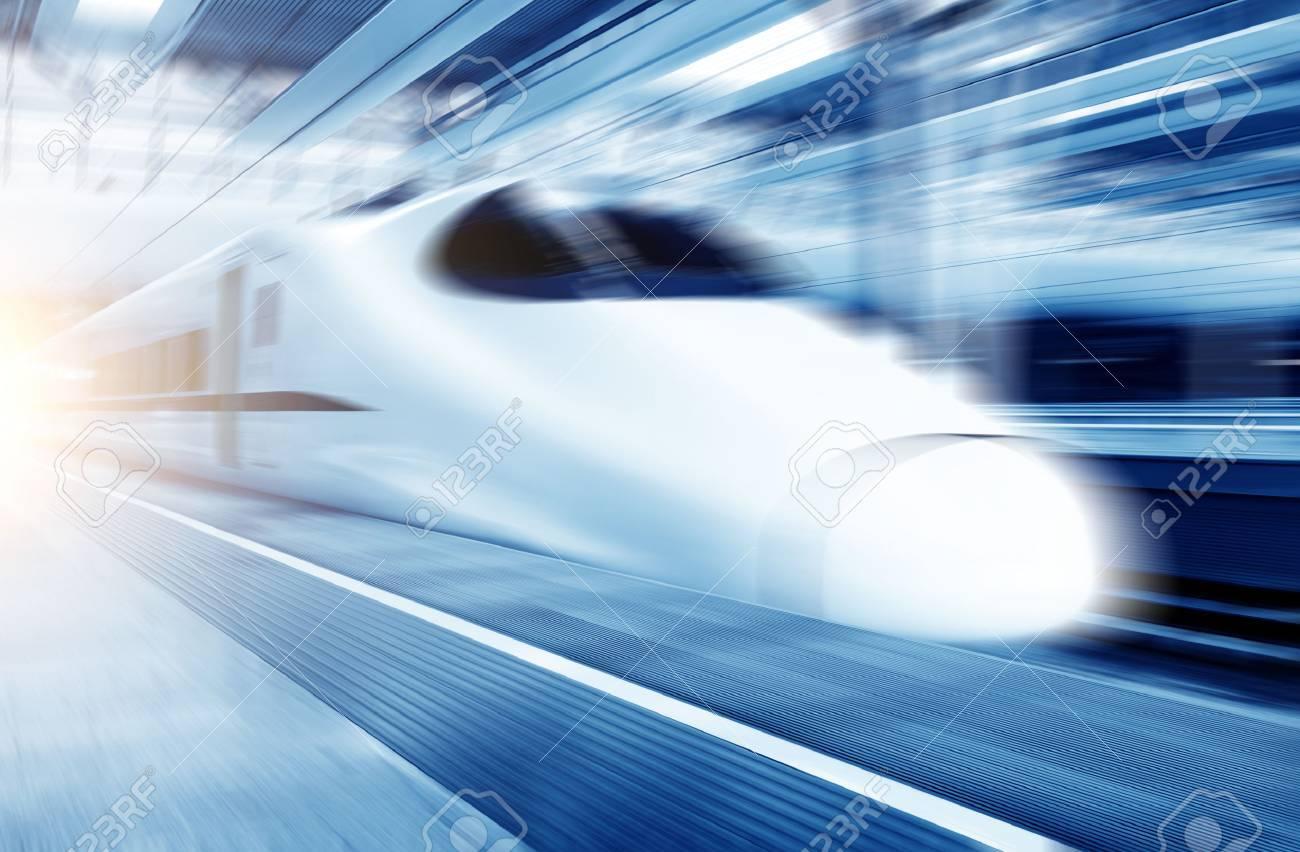 Fast train with motion blur. Standard-Bild - 33377632