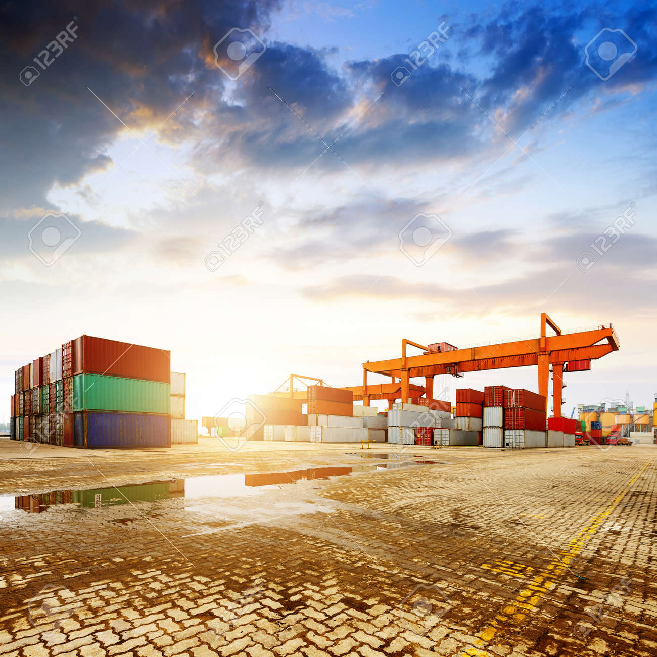 When the container terminal at dusk, work cranes and forklift. Standard-Bild - 40820759