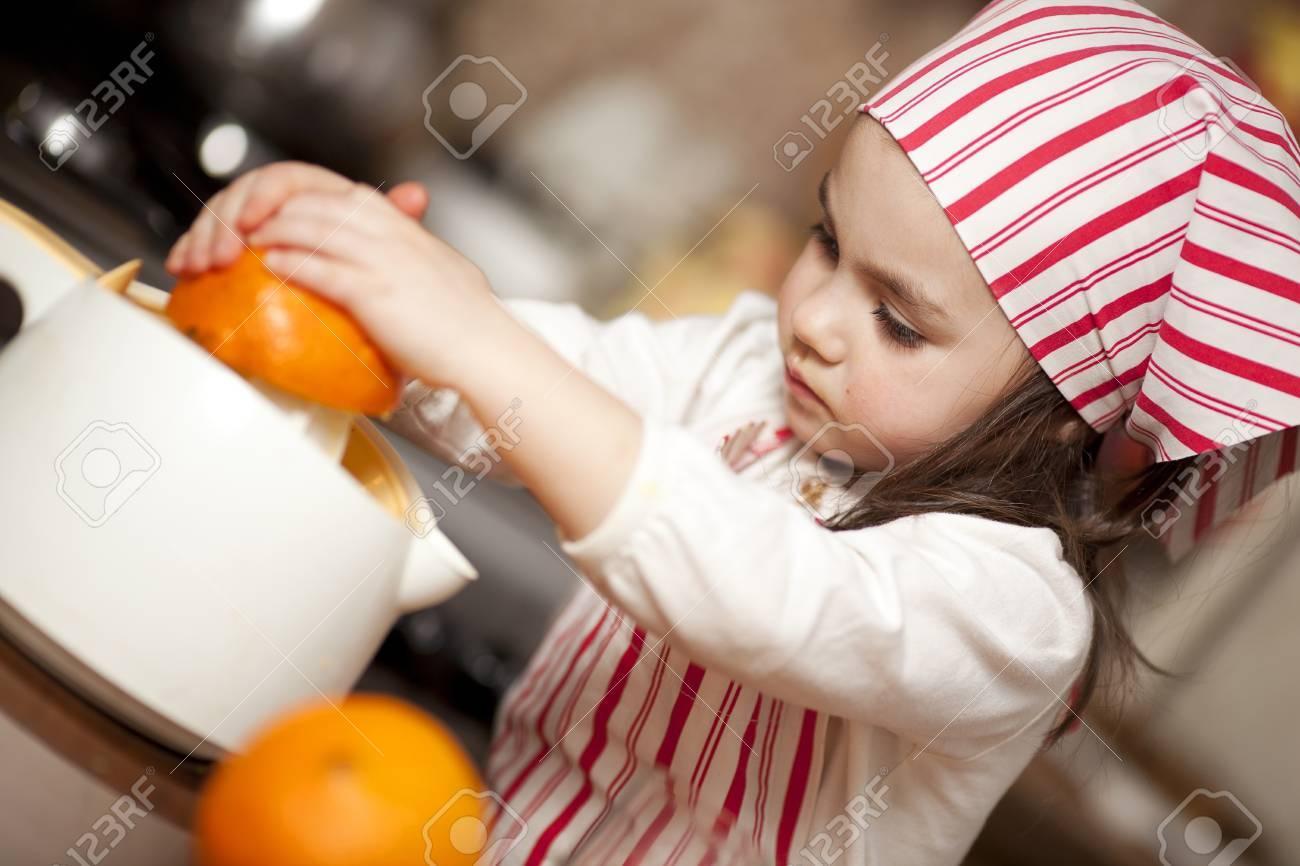Niña Haciendo El Jugo De Naranja Fresco Y Saludable Con Aparatos De ...