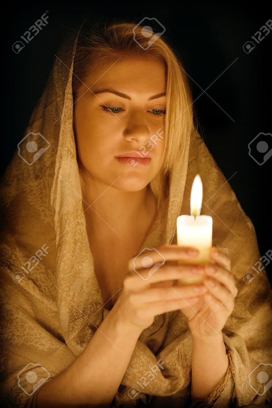 Фото девушка со свечой