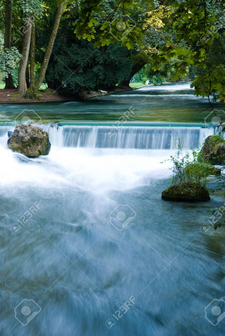 Wasserfall In Munchen Englisch Garten Deutschland Lizenzfreie Fotos