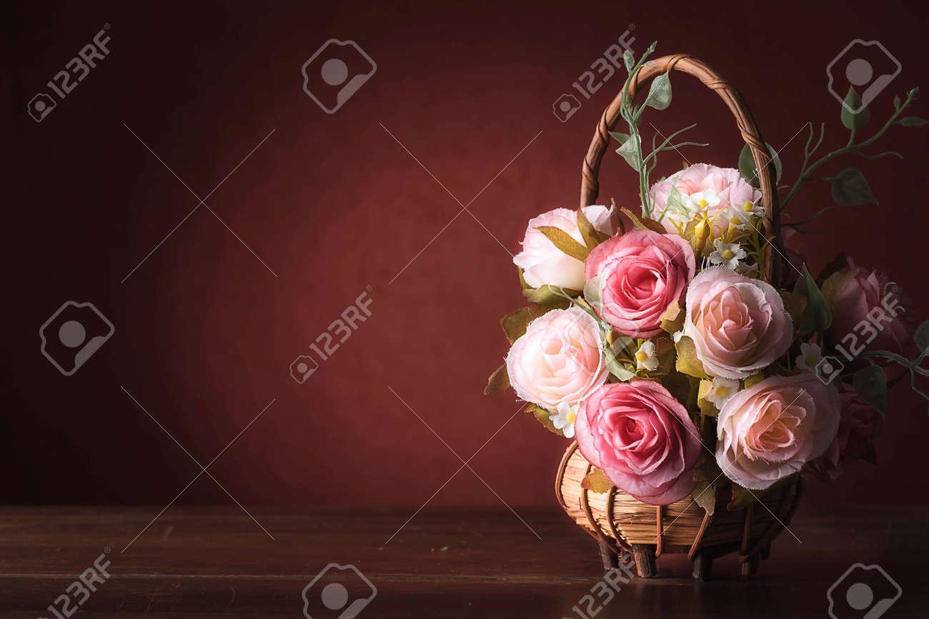 Nature morte avec des roses sur le bureau en bois millésime banque d