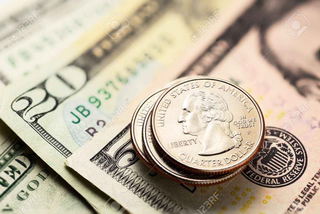 Stapel Von 25 Us Cent Oder Viertel Münzen Mit Einigen Dollar Scheine