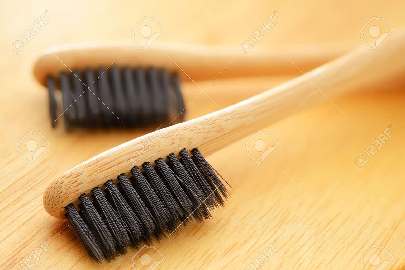 Cepillos de dientes de bambú de madera de eco con cerda negra macro disparo  Foto de f7f5e1a13fdf