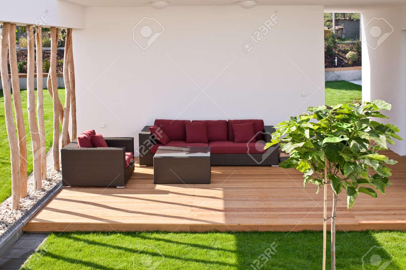 Sofá En La Terraza De Madera Moderno Con Jardín