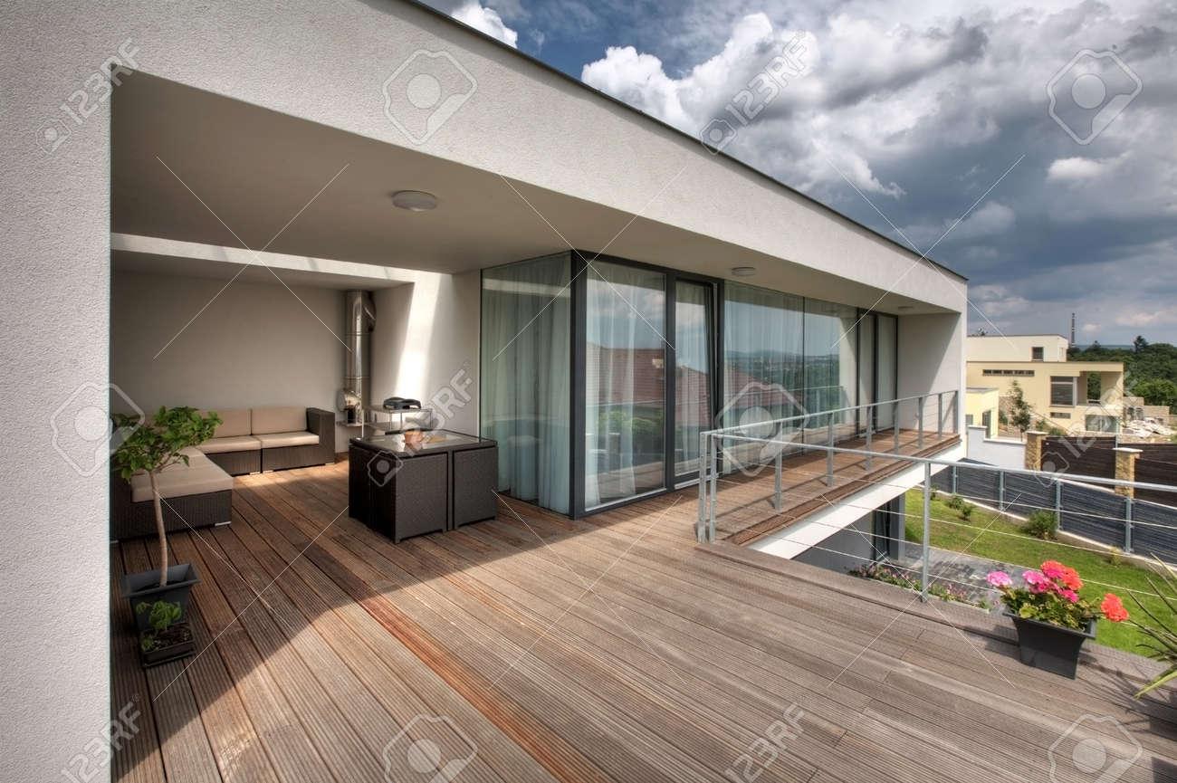 Piscine bois pont sur la terrasse de la maison moderne banque d ...