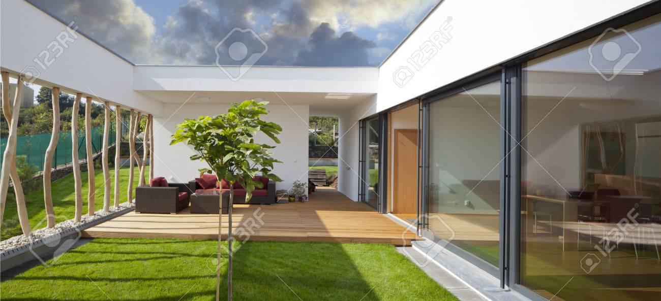 Schöne Neue Ruhige, Moderne Haus Mit Eigenem Garten Und Terrasse  Standard Bild   23780734