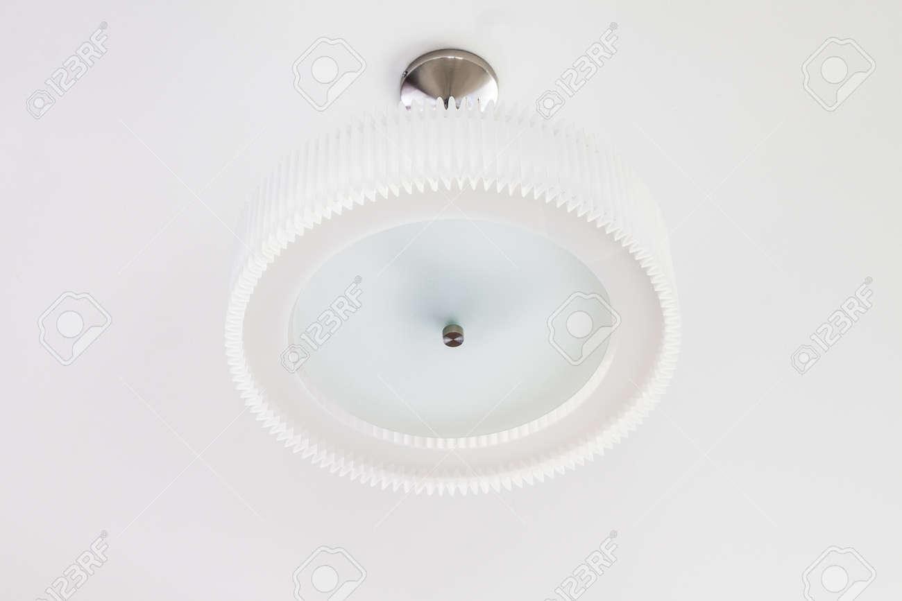 Lampe De Plafond Pendent Sur Le Rouge Mur Blanc Fond Banque Dimages