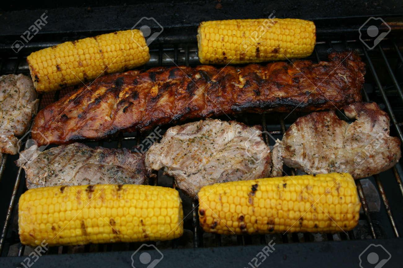 Verschillende Stukken Gegrild Vlees En Maïskolven Op Een