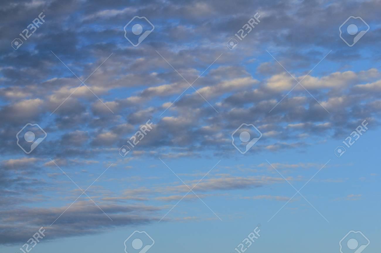 美しい青い空と大きなふわふわ雲...