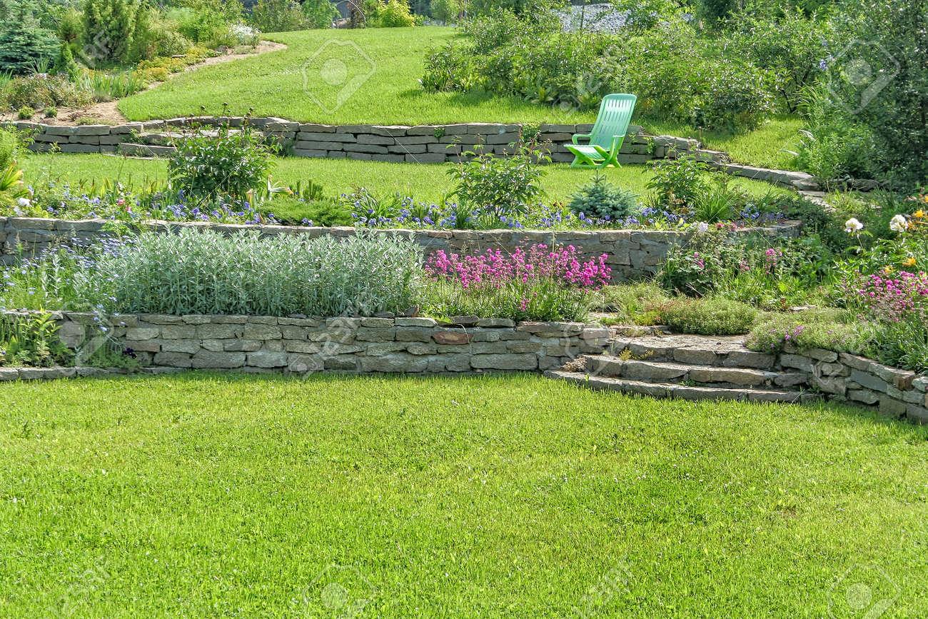 Jardin En Flor Hermosa Con Muros De Contencion Cespedes Y Jardines - Muros-jardin