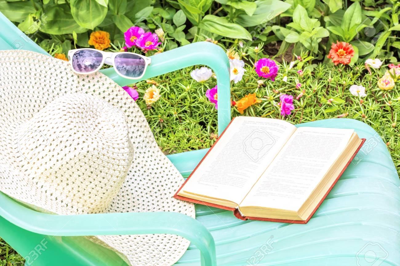 Livre Lunettes Journée VerteChapeau Le Avec Un EnsoleilléeChaise D'été Et Des Détendez De Jardin Sur Dans Vous Longue Blanc Une Soleil Par qVGzMUSp