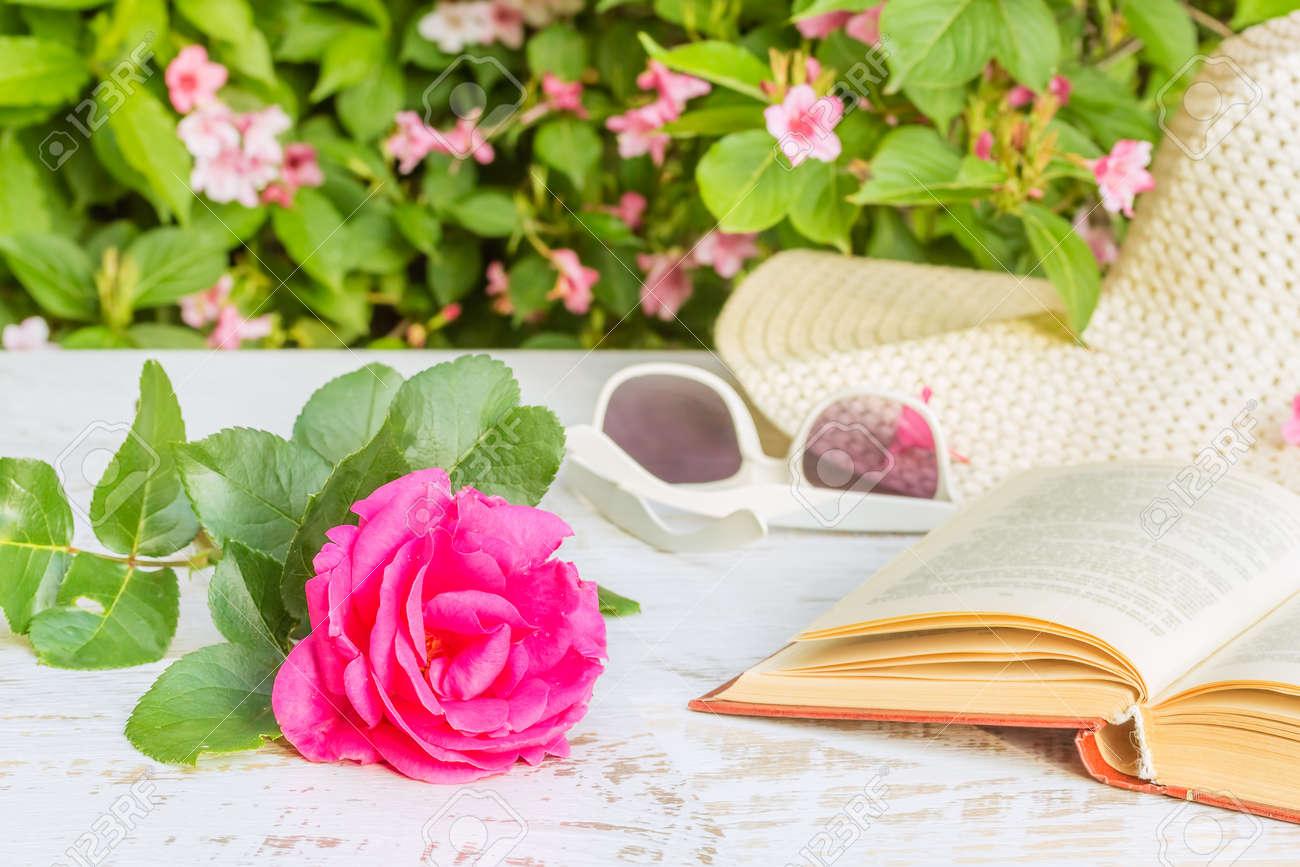 Soleil Table Jardin Soir Un Sur Blanc De RoseLe Rose Dans Du Lunettes Et D'été La LivreChapeau Lumière Fond 92WHIEDY