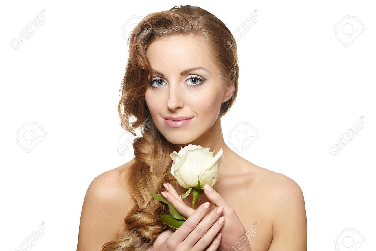 Portrait De Sensuelle Belle Femme Souriante Avec Rose Blanche Sur