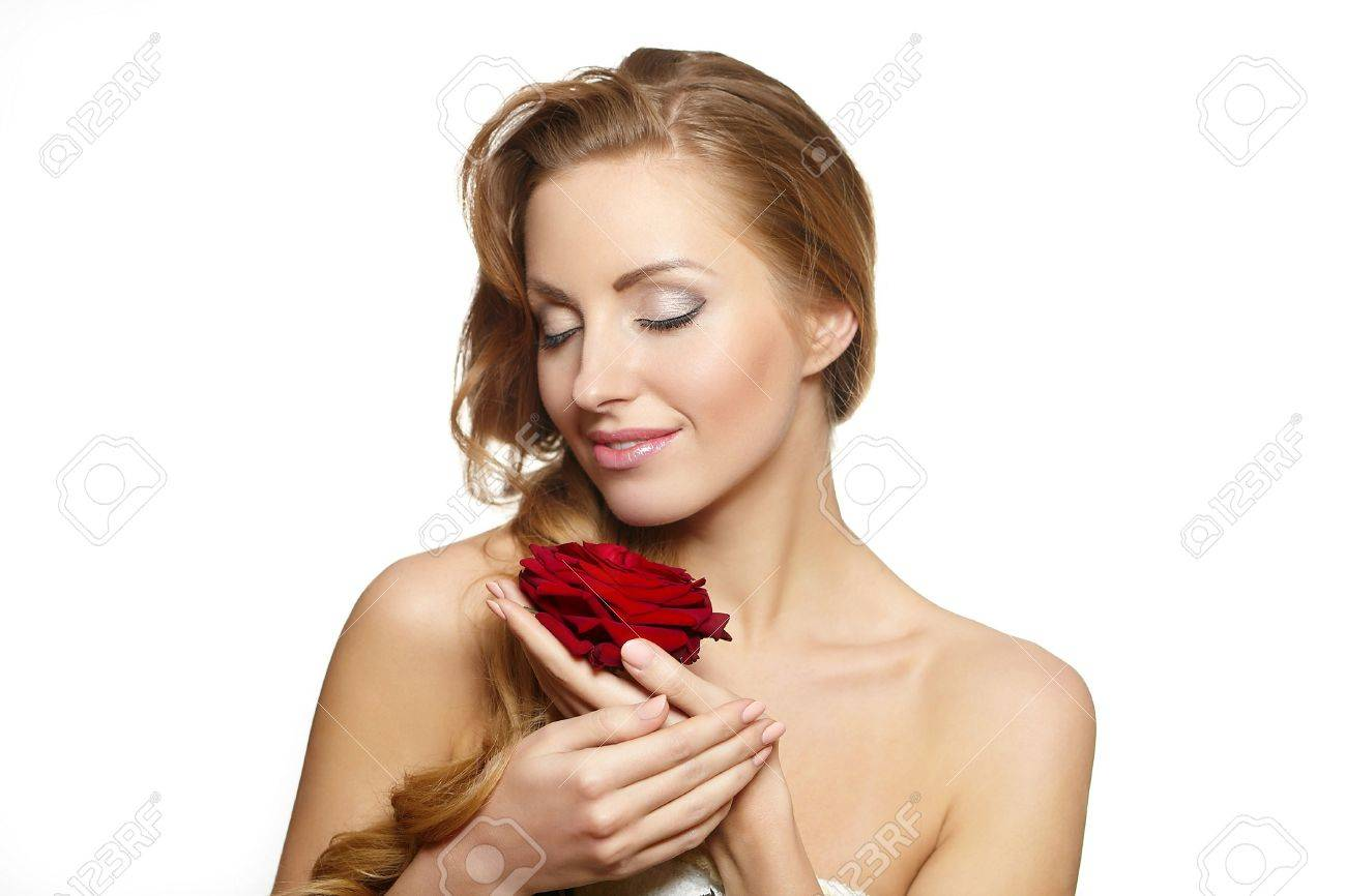 Portrait De Belle Femme Sensuelle Avec Une Rose Rouge Sur Fond