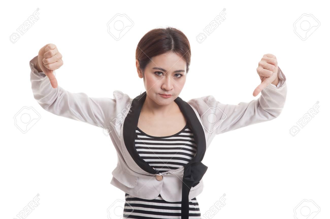 Happy fille de bureau montrent asiatiques pouces vers le bas avec