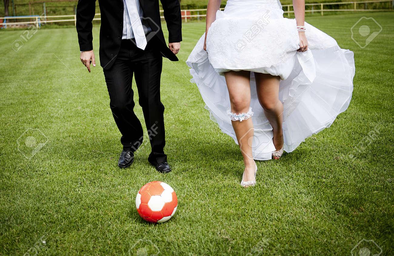 La Novia Y El Novio Estan Jugando En El Campo De Futbol Fotos