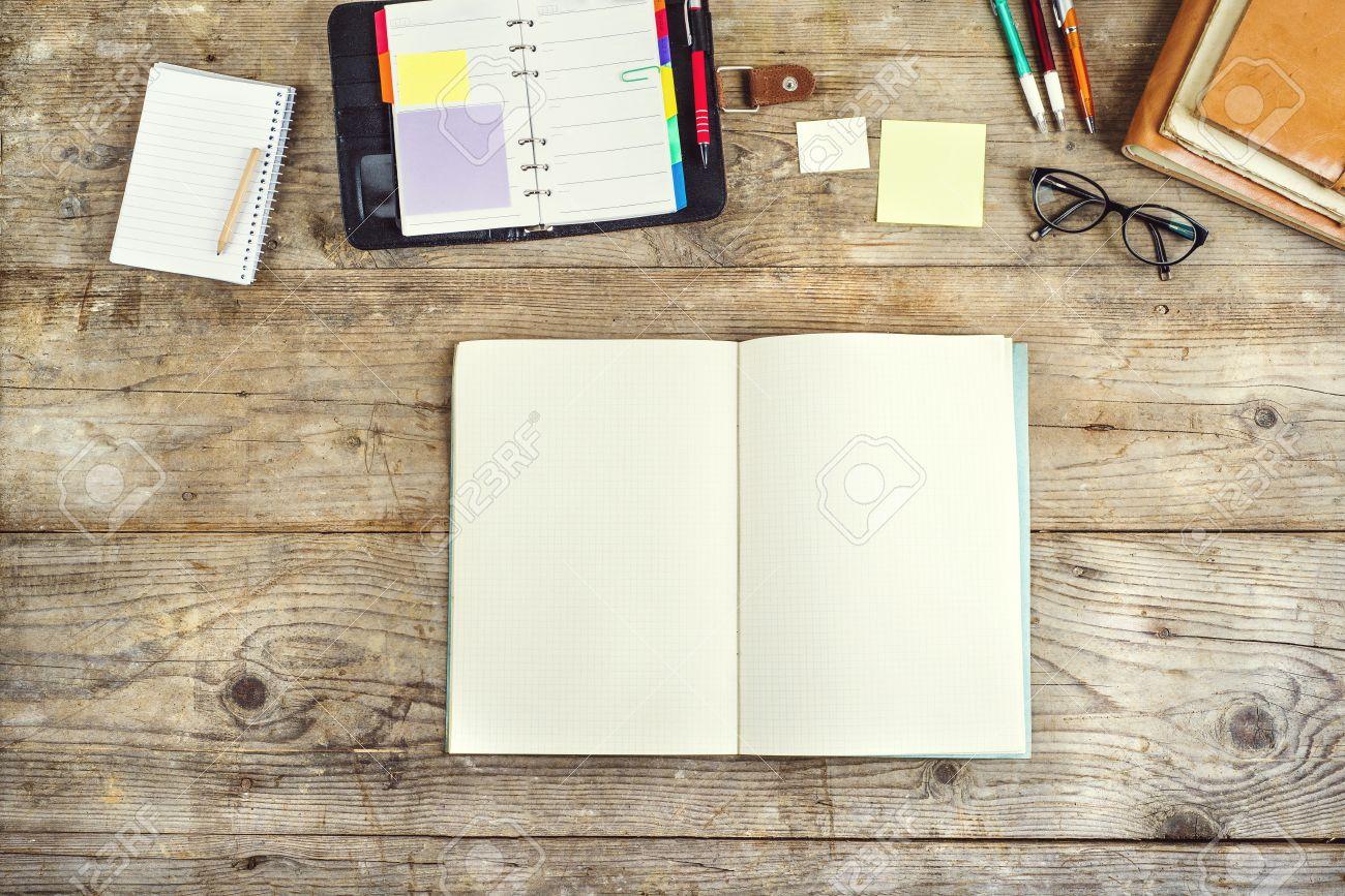 Mischen Von Bürobedarf Auf Einem Hölzernen Schreibtisch Hintergrund