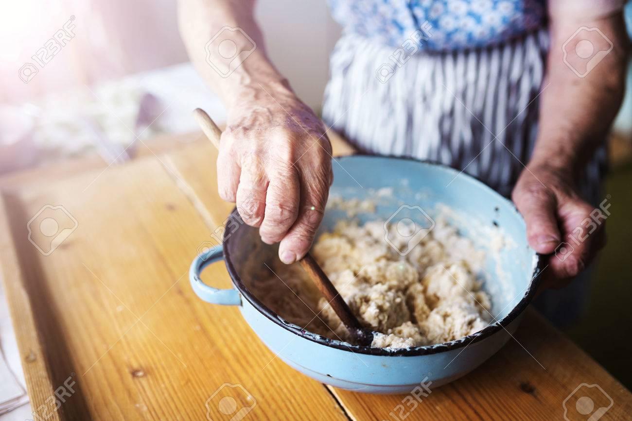 Ltere Frau Die Kuchen Backen In Ihrer Wohnung Kuche Mischen Von