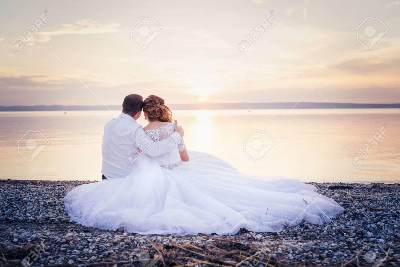 Populaire Belle Jeune Couple De Mariage à La Rive Banque D'Images Et Photos  SU25