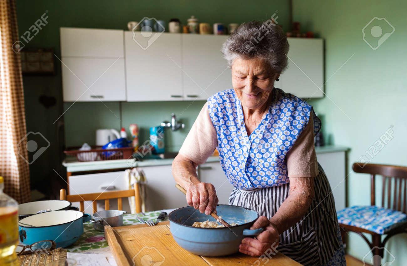 Ltere Frau, Die Kuchen Backen In Ihrer Wohnung Küche. Mischen Von ...