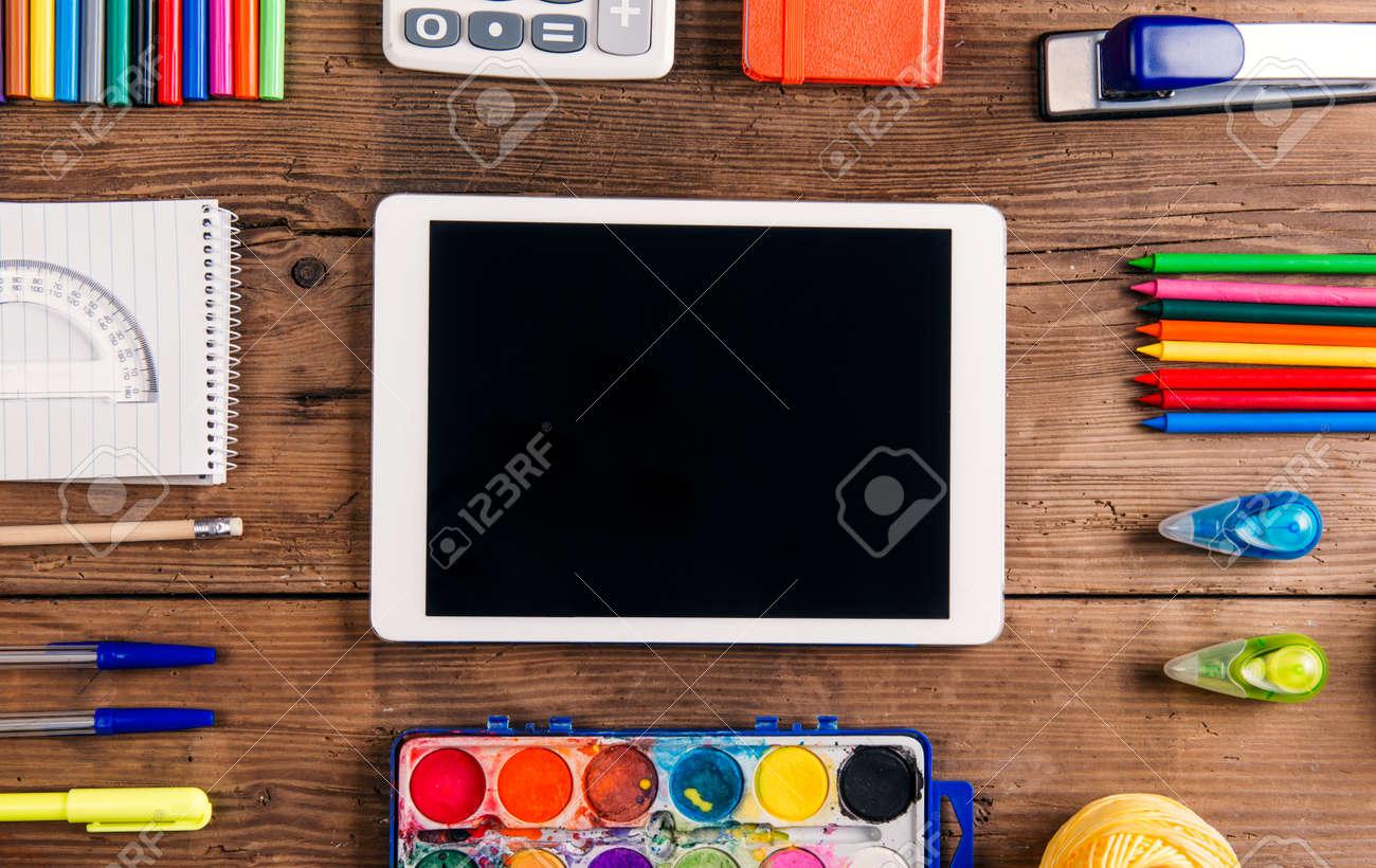 Bureau avec stationnaire et avec la tablette tourné en studio sur