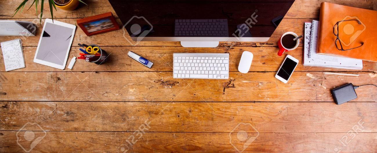 Bureau avec divers gadgets et fournitures de bureau. Ordinateur, téléphone intelligent et la papeterie autour du lieu de travail. à plat. Copier l'espace. Banque d'images - 54508294
