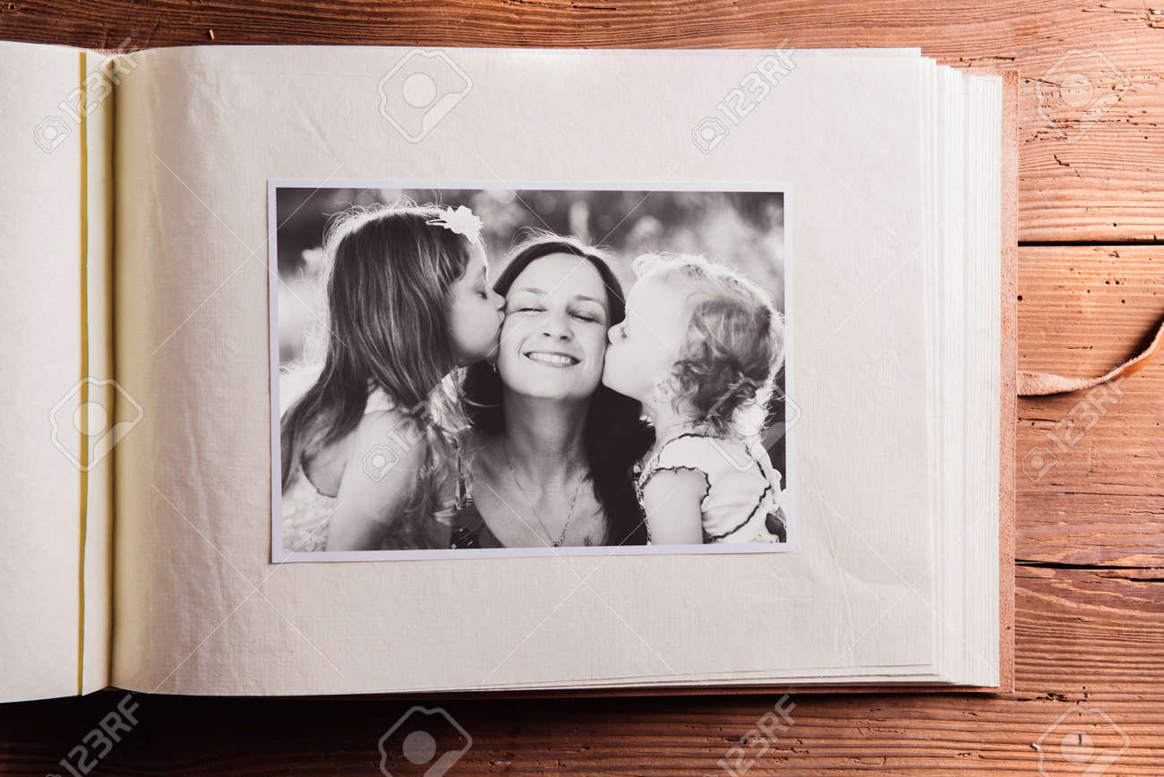 composition de la fête des mères. Album photo, photo en noir et blanc. Tourné en studio sur fond de bois. Banque d'images - 55746399