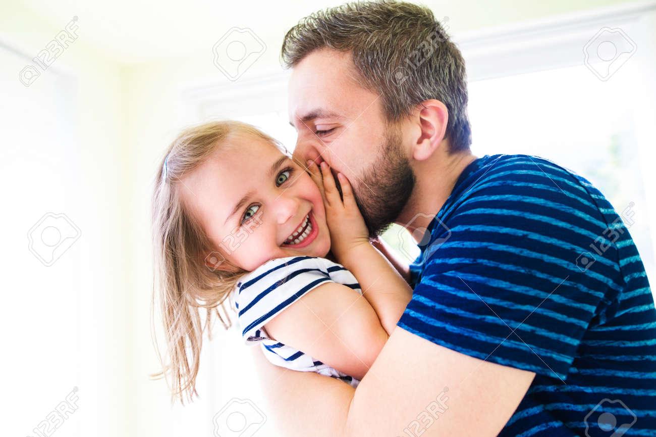 Close up de hippie père embrasser sa petite fille, journée ensoleillée Banque d'images - 56998185